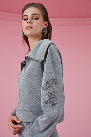 Nakış Detaylı Geniş Yaka Sweatshirt